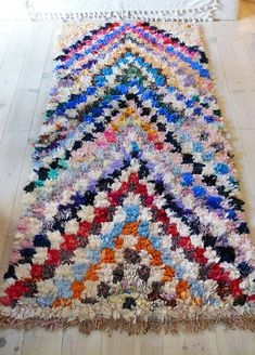 Rag rug from Morocco called boucherouite made of recycled textiles by a berber woman. Each carpet Boucherouite Vintage is unique. Materials: fabric scraps, unraveled threads, or wool yarn Sice: x // x Good condition. Boucherouite, Latch Hook Rugs, Fabric Coasters, Rug Inspiration, Cool Rugs, Rug Hooking, Woven Rug, Fabric Scraps, Handmade Rugs