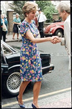 20 July 1992 On A Visit To The London Lighthouse Aids Hospice In North Kensington She Wore A Crepe De Chine Dress In Royal Blue With A Floral Print.