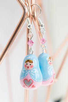 #etsy : Boucles d'oreilles poupées russes bleu et rose pastel - cadeau unique fait main - bijou original - printemps - fête des mères http://etsy.me/2HqVoxc #bijoux #bouclesdoreilles #bleu #rose #poupeerusse #jewelry #russiandolls #pastel #gift