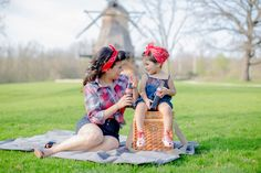 Cutest mother daughter photo session ever. Family photography.  Pin up girl. Pose and prop ideas. ♡