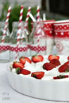 Banoffee pie with strawberries Banoffee Pie, Strawberries, Yummy Treats, Raspberry, Table Settings, Cakes, Fruit, Food, Strawberry Fruit