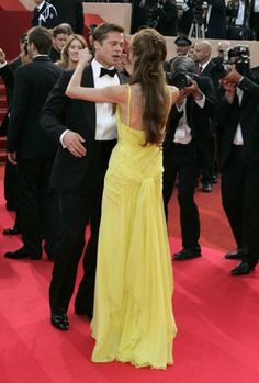 Angelina Jolie & Brad Pitt at Ocean's 13 Premiere - Don't they look cute? Angelina Jolie Hair, Brad And Angelina, Hair With Flair, Flair Hair, Bridesmaid Dresses, Prom Dresses, Vintage Couture, Celebrity Red Carpet, Dress Backs