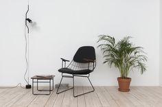 Een draadtafel met draadstoel en een plant | A wire table with a wire chair and a plant | Pastoe