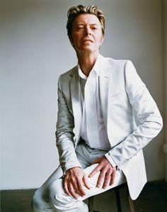 Bowie en 2002 pour le V Magazine. (Photo: Mario Testino/V)