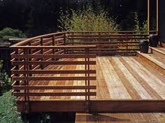 Flat wooden slay on top as hand railing Horizontal Deck Railing, Deck Railings, Hand Railing, Porch Railing Designs, Deck Steps, Modern Deck, Front Deck, Cool Deck, Deck Design