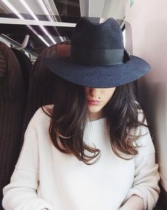 the perfect black fedora hat. And sweater and hair Beauty And Fashion, Fashion Mode, Passion For Fashion, Womens Fashion, Style Fashion, Fashion Stores, Mode Outfits, Fall Outfits, Looks Style