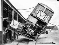 ロンドンの二階建てバスが横転の危険性がないことを証明する実験(1933年)
