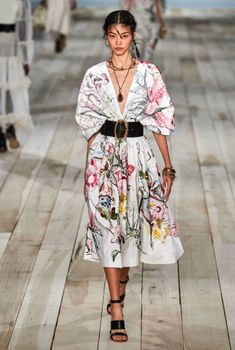Alexander McQueen Spring 2020 Ready-to-Wear Fashion Show - Alexander McQueen Spring 2020 Ready-to-Wear Collection – Vogue - Review Fashion, Fashion Mode, Runway Fashion, High Fashion, Fashion Outfits, Boho Fashion, Classy Fashion, Fashion Weeks, Fashion Details