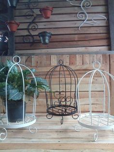 Wrought Iron Garden Furniture, Wrought Iron Decor, Metal Furniture, Diy Bookshelf Wall, Chicken Wire Crafts, Garden Shelves, Iron Plant, Steel Art, Flower Stands