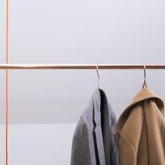 kapstok van koper, hout en draad   www.studiogk15.nl  Koperen buis, handgemaakte houten dopjes en gekleurd draad zijn de ingrediënten van deze kapstok. Met koperen buizen in drie verschillende maten stel je zelf je eigen ophangsysteem samen, die je bevestigt aan het plafond.