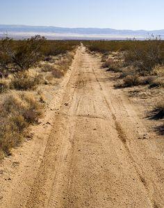 Ir por um lugar onde ninguém te veja, onde niguém saberá onde está. Lá o vento, o calor do sol e a lama seca são os únicos em sua companhia. Para encontrar-se só, adentre um deserto ~