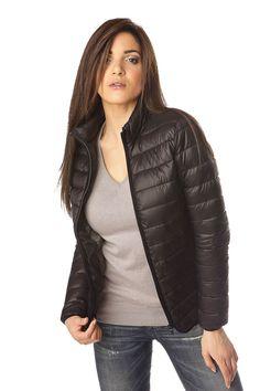 Doudoune femme noire en nylon de 470 grammes très légère avec sa doublure grise 100% polyester. Elle vous garantira un confort au porté pour les douces journées d'automne/hiver ou de printemps.