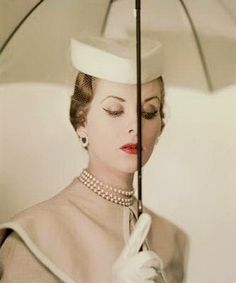 Erwin Blumenfeld, Alternate of the Vogue U. cover, March 1950 © The Estate of Erwin Blumenfeld. Courtesy of the Nicéphore Niépce Museum, Chalon sur Saône, France. Vintage Vogue, Vintage Glamour, Moda Retro, Moda Vintage, 1950s Style, Fifties Fashion, Retro Fashion, Fashion Vintage, Victorian Fashion