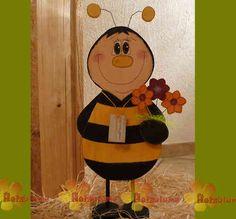 stehende Biene aus Holz mit Blumenstrauß