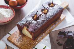 Il plumcake pere e cioccolato è un soffice dolce al cioccolato con pere intere all'interno. Scenografico dessert per occasioni speciali!
