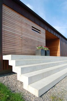 Concrete steps and timber cladding Metal Cladding, Exterior Cladding, Timber Panelling, Facade Design, Exterior Design, House Design, Modern Exterior, D House, Facade House