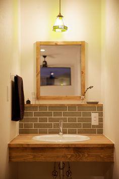2Fトイレ横に設けたシンプルな洗面台。抹茶色のタイルが効いてます。