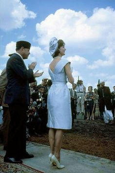 """moderndayhistory: """" mrs-kennedy-and-me: """" First Lady Jacqueline Kennedy in India, March 1962 """" Perfection """" Jacqueline Kennedy Onassis, Estilo Jackie Kennedy, Jaqueline Kennedy, Los Kennedy, Jaclyn Kennedy, First Lady Church Suits, Church Suits And Hats, Us First Lady, Women Church Suits"""