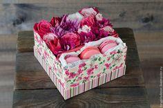 Букеты ручной работы. Ярмарка Мастеров - ручная работа. Купить Коробка с цветами и макарунами. Handmade. Розовый, макаруны