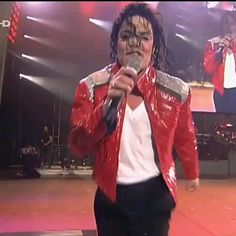 ♡♥Michael Jackson puts his face in front of the camera lens in 'Beat It' GIF pic - click on GIF pic to see a full screen GIF pic in a better looking black background♥♡