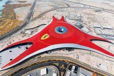 Dubai, Abu Dhabi y Qatar se han vuelto tierras de fantasías arquitectónicas donde franquicias comerciales y culturales están construyendo lo inimaginable (un tema recurrente en designaholic). Ferrari no podía quedarse atrás, después de todo representa lujo, diseño y poder. Ferrari World ocupará 200,000 metros cuadrados de la isla Yas en Abu Dhabi con una pista de formula uno y un parque de diversiones que gira alrededor de la escudería italiana.