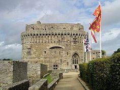 Le château de Dinan (Côtes-d'Armor)Bretagne France est en fait constitué du Donjon, dit de la duchesse Anne, près de la porte Saint-Louis. Le donjon et la porte font partie des 2 600 mètres de remparts médiévaux qui entourent encore la vieille ville.