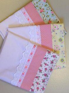 Trendy Pano De Prato Patchwork E Croche - Hadido - Diy Crafts Crochet Baby Clothes Boy, Baby Sewing, Sewing Crafts, Sewing Projects, Baby Sheets, Sewing Pillows, Quilt Sets, Quilt Blocks, Applique Designs