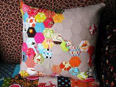 hexy quilted pillow through {modernquiltlove.wordpress.com}