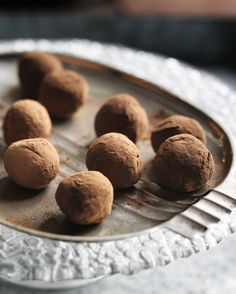 Jamaican rum truffles - Super-tasty, impressive, messy but easy treats. Omit the rum for the teetotallers among you or ramp up the rum to three tablespoons for a good rum flavour. These truffles freeze very well. Rum Truffles, Chocolate Truffles, Chocolate Brownies, Chocolate Recipes, Sweet Recipes, Dog Food Recipes, Candy Recipes, Truffle Recipe, Food Gifts