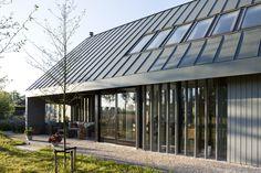 moderne schuurwoning   een moderne landelijk gelegen woning in een ingetogen grijze kleur met verrassende vergezichten vanuit de woning op het landschap en   de seizoenen, verder is de woning voorzien van een zinken dak en karakteristieke staande houten lamellen die zorgen voor een mooi schaduwspel