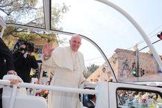 Miles de personas de Morelia, Michoacán, otros estados e incluso de otros países, se dieron cita en las calles de la capital michoacana para recibir al jerarca mundial de la ...