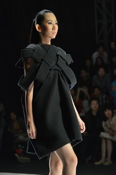 Little Black Dress : Black dress with woven structure; fabric manipulation for fashion // ESMOD Osaka Origami Fashion, 3d Fashion, Fashion Details, Runway Fashion, High Fashion, Fashion Design, Osaka, Inspiration Mode, Sculptural Fashion