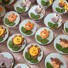 No photo description available. Safari Cupcakes, Jungle Safari Cake, Animal Cupcakes, Fondant Cupcake Toppers, Fondant Cookies, Cupcake Cookies, Baby Shower Cakes, Baby Cakes, Cupcakes Decorados