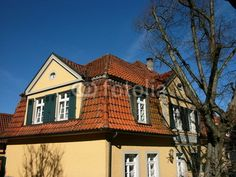 Renovierter Altbau eines Gasthaus mit beigefarbener Fassade in Oerlinghausen bei Bielefeld im Teutoburger Wald bei Ostwestfalen-Lippe