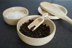 peper- en zoutschaaltjes en lepelhouder in stippelklei