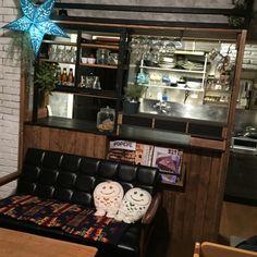 築25年の賃貸アパートのキッチンをDIYでカフェ風を目指しています。 ここに引っ越してきて、DIYを初めて1年ちょっと。 キッチンカウンターに柱を立てて、カウンター周りに枠を作り、SPF材を黒く塗って、アイアンの吊り棚風にしました。セリアのアイアンバーでワイングラスホルダーを作りレストランの見せる収納をイメージしています。 換気扇は発泡スチロールレンガで煙突風に、カウンター横の壁はダンボールでレンガ壁にしています。 滑り込みの投稿ですがコンテストに参加してみます。 ダンボールレンガ/発泡スチロールレンガ/カリモク60/アメブロやってます/レンガ風…などのインテリア実例 - 2015-02-08 19:00:24 | RoomClip(ルームクリップ)