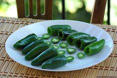 Ezt fald fel!: Sajttal töltött rántott Jalapeño – Jalapeño poppers Jalapeno Poppers, Pickles, Cucumber, Chili, Food, Chile, Essen, Meals, Pickle
