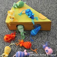 Muizen - Van Annas hand---cute project --crochet pattern given Crochet Mouse, Crochet Amigurumi, Amigurumi Patterns, Knit Crochet, Crochet Patterns, Yarn Crafts, Fabric Crafts, Diy And Crafts, Fabric Yarn