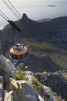 Table Mountain Cable Car    Cape Town'a kadar gelip Masa Dağı'na çıkmadan olmaz. Tepede muhtesem manzaralar sizi bekliyor.