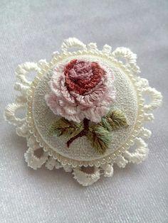 15 непрочитанных чатов Hand Embroidery Design Patterns, Hand Embroidery Flowers, Embroidered Roses, Flower Embroidery Designs, Silk Ribbon Embroidery, Crochet Patterns, Pillow Embroidery, Embroidery Works, Bead Embroidery Jewelry