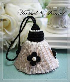 ちっちゃなポンポンタッセル の画像 カルトナージュとタッセル TiAMo 奈良 Beaded Embroidery, Embroidery Designs, Fancy Kurti, Saree Tassels, Passementerie, Tassel Jewelry, Craft Work, Yarn Crafts, Fabric Flowers