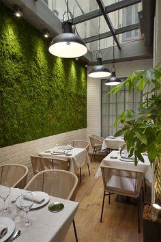 Edulis Restaurante in Madrid // Focus éco-responsable sur le mur végétal, les suspensions en acier, le revêtement de sol naturel...