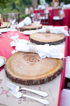 Tree slice chargers woodburned with the couple's wedding monogram. (scheduled via http://www.tailwindapp.com?utm_source=pinterest&utm_medium=twpin&utm_content=post1200809&utm_campaign=scheduler_attribution)