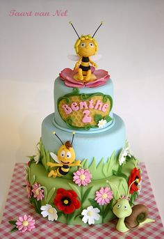 Maja the bumble bee - A birthday cake for a little girl who adores Maja. Willy and Shelby came along, and so did a lot op flowers.