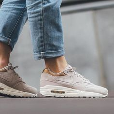 Sneakers femme - Nike air Max 1 Premium ©titoloshop Plus Nike Free Shoes, Nike Shoes Outlet, Running Shoes Nike, Nike Air Max, Air Max 1, Air Max Beige, Air Max Sneakers, Sneakers Nike, Baskets