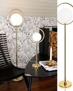 Lampen Har Gedigne Og Bearbeidede Detaljer Med Sin Store Ring I Messing Den Svevende Hvite Globen Glass