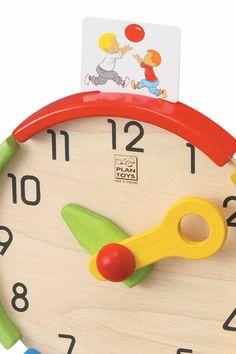 Activiteiten klok.  Deze speciale klok bevat kaarten met activiteiten welke kunnen worden geplaatst op de klok. Uw kind leert op deze manier de tijd te koppelen aan de verschillende activiteiten. Naast de 9 voorgedrukte kaarten zijn er ook 3 blanco kaarten in de leveringsomvang bijgesloten waarop u zelf een eigen activiteit uit uw gezin kunt schrijven. Uw kind leert spelenderwijs klokkijken en plannen.  Afmeting: 20.7 x 9.0 x 24.5 cm  Gemaakt van duurzaam geproduceerd hout.  4 jaar+
