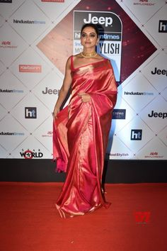 Bollywood actress Deepika padukone in saree at red carpet of HT most stylish award 2018 Red Saree Wedding, Indian Wedding Outfits, Indian Outfits, Burgundy Wedding, Bridal Sari, Red Outfits, Deepika In Saree, Deepika Padukone Saree, Deepika Ranveer
