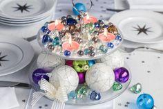Zajímají vás trendy letošních Vánoc? Zjistili jsme je pro vás. Vedou v nich například skleněné dekorace v jemných pastelových barvách. Vyrobte si doma tenhle jednoduchý adventní svíce ze stojanu na cukroví, který do nich přesně zapadá.
