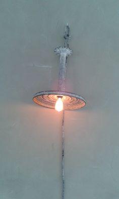 Oude wasstamper wordt hanglamp...met gebreid snoer dan weer.  Delare@live.nl